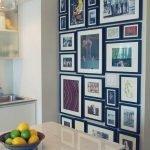 Множество фоторамок на стене в кухне
