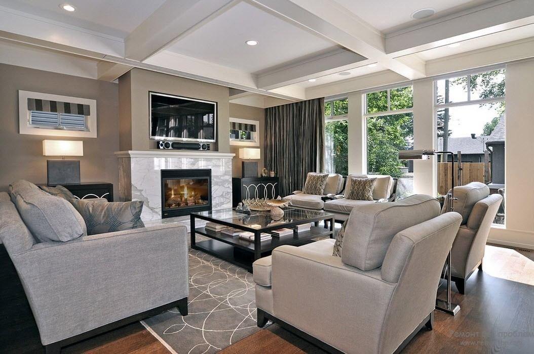 Светлая мебель в гостиной в загородном доме