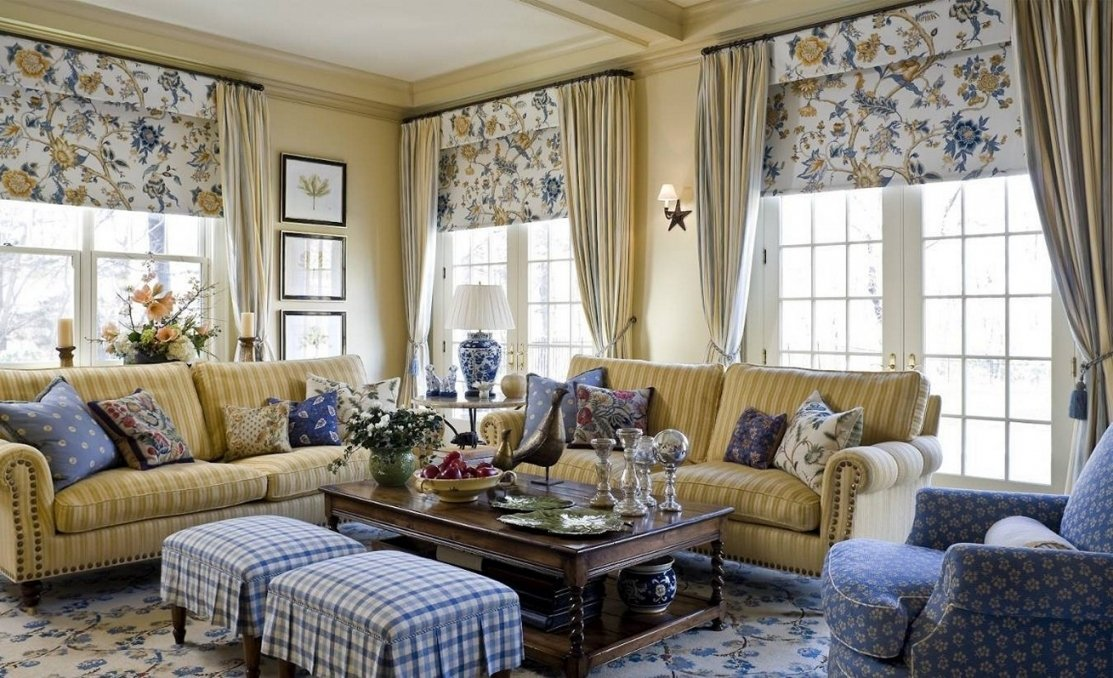 Текстиль в интерьере гостиной в загородном доме
