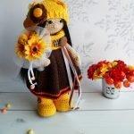 Вязанная девочка с букетом