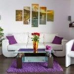 Сиреневые подушки и коврик в интерьере
