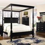 Высокая кровать для спальни в классическом стиле