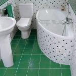 Зеленый кафель на полу ванной