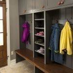 Серый шкаф с вешалками и полками для обуви