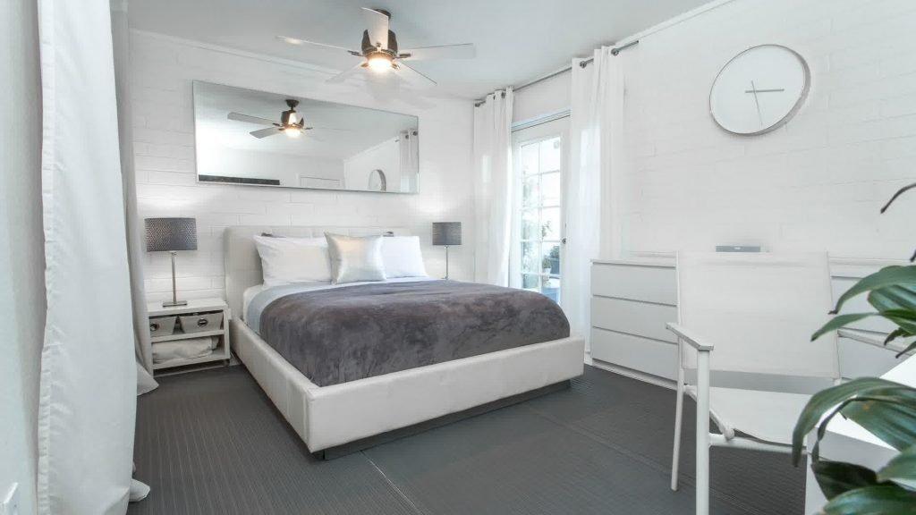 Сочетание белого и серого в современной квартире