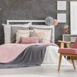 Серые стены и розовый текстиль в спальне