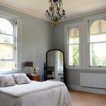 Большие окна в комнате