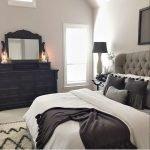 Сочетание черного и серого в спальне
