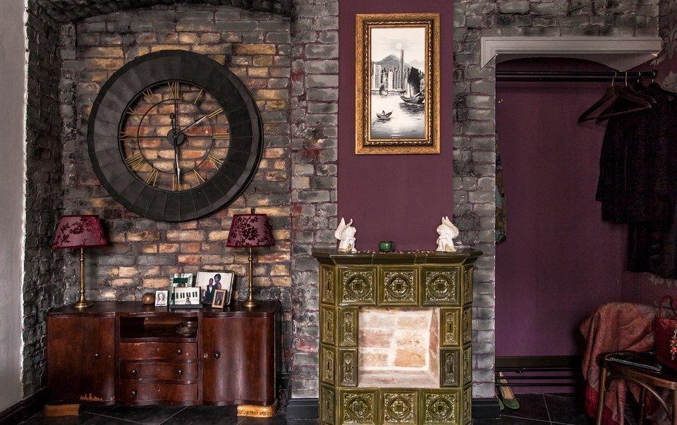 Интерьер в готическом стиле с кирпичной стеной