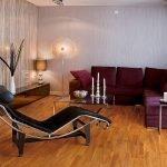 Сиреневый диван в гостиной