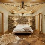 Потолок из светлого дерева