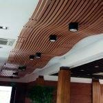 Дизайнерский потолок из дерева