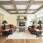 Просторная гостиная с деревянным потолком