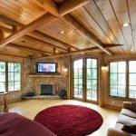 Роскошный потолок в гостиной с камином