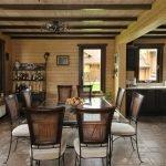 Столовая с деревянным потолком