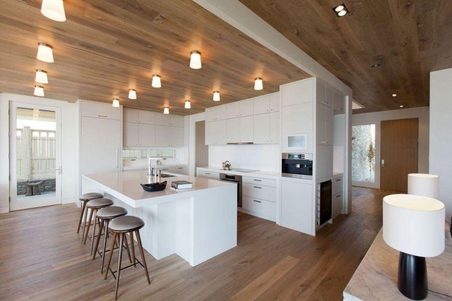 Просторная кухня с деревянным потолком