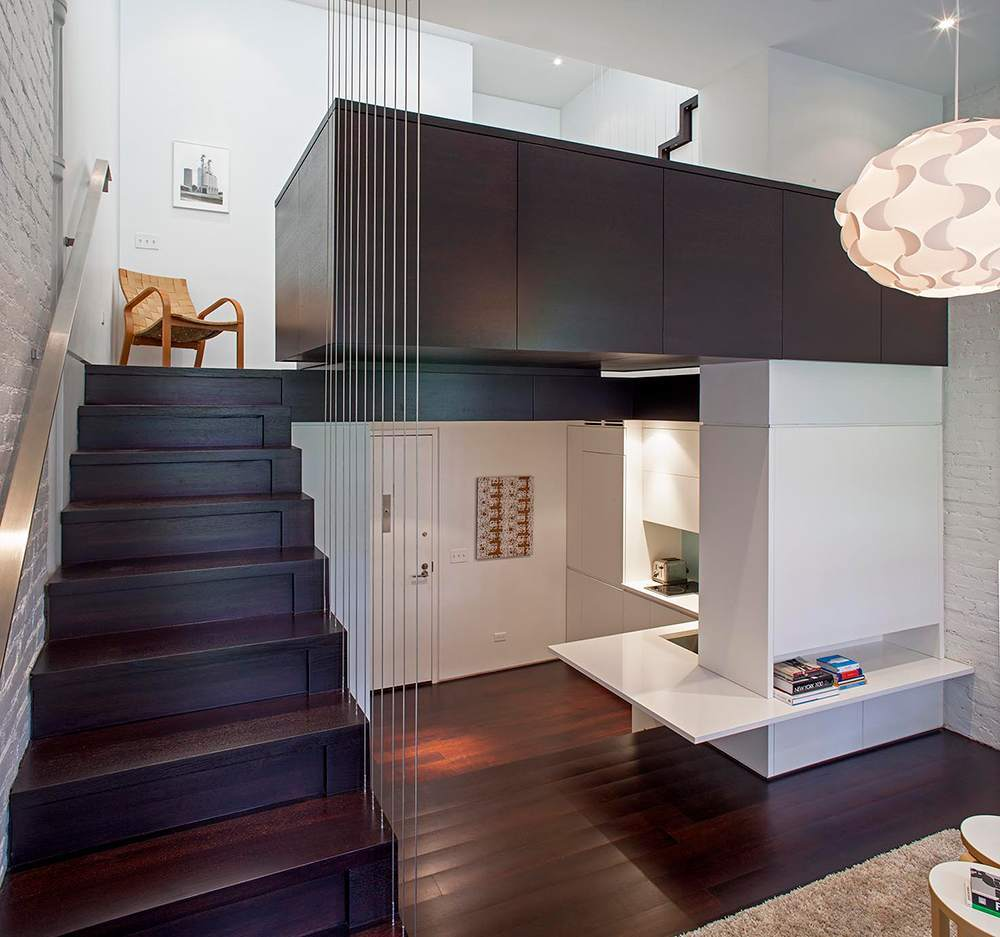 Сочетание темного дерева и белой плитки под кирпич в интерьере двухуровневой квартиры