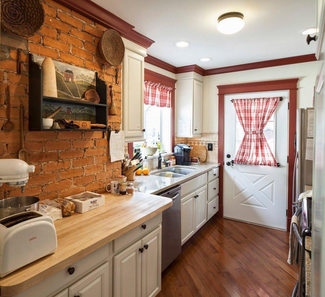 Проходная кухня в загородном доме