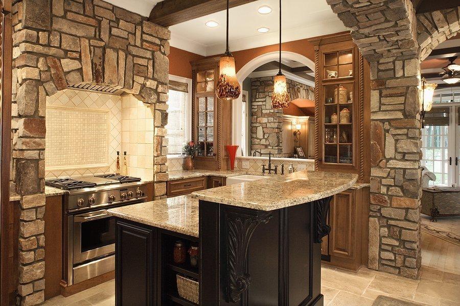Камень в интерьере кухни в загородном доме