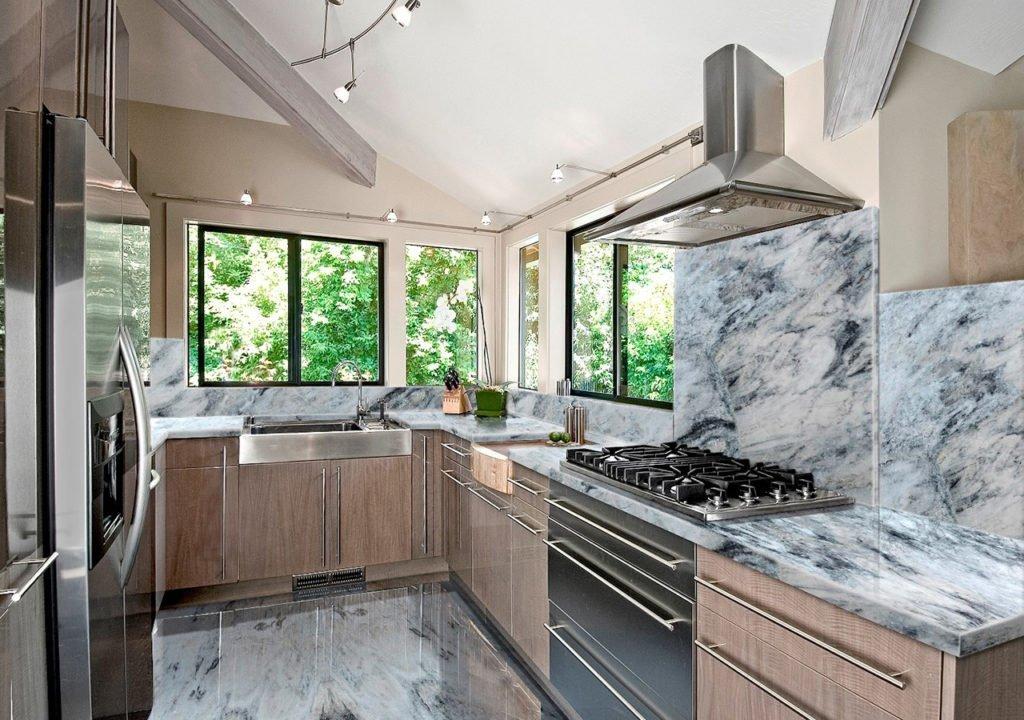 Мрамор в интерьере кухни в загородном доме
