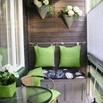 Зеленый подушки на деревянной стене