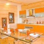 Сочетание оранжевого и древесины на кухне