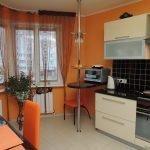 Оранжевая кухня с большим окном