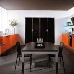 Черная и оранжевая мебель на кухне