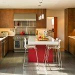 Деревянная мебель на кухне в частном доме