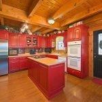 Темно-красная кухня в интерьере