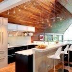 Барные стулья у стойки на кухне