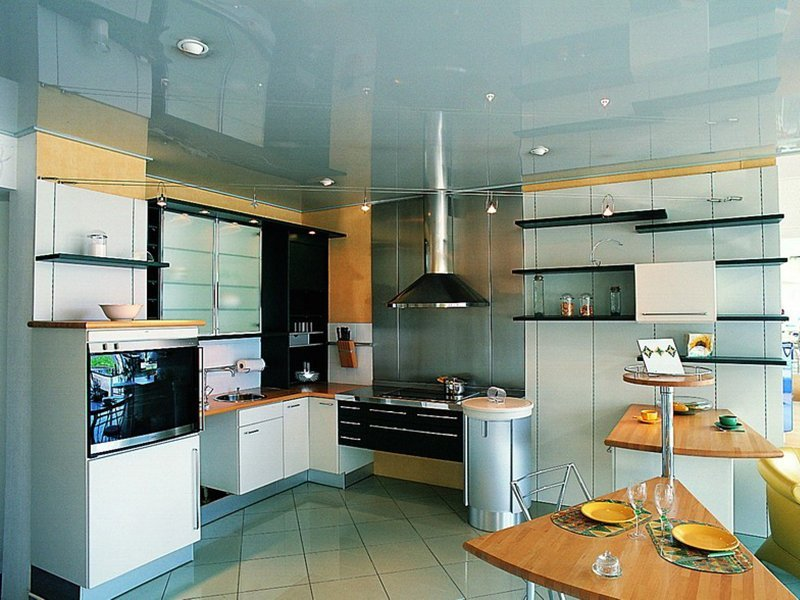 Натяжное потолок на кухне