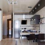 Интерьер с напольным покрытием из плитки и ламината