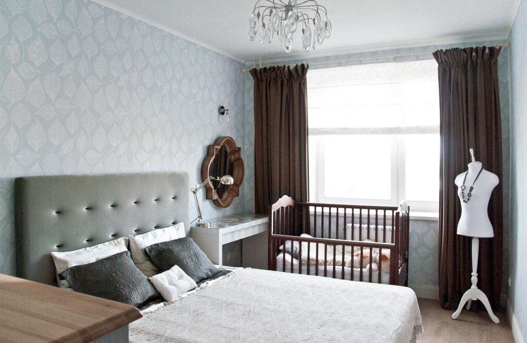 Детская кроватка возле взрослой