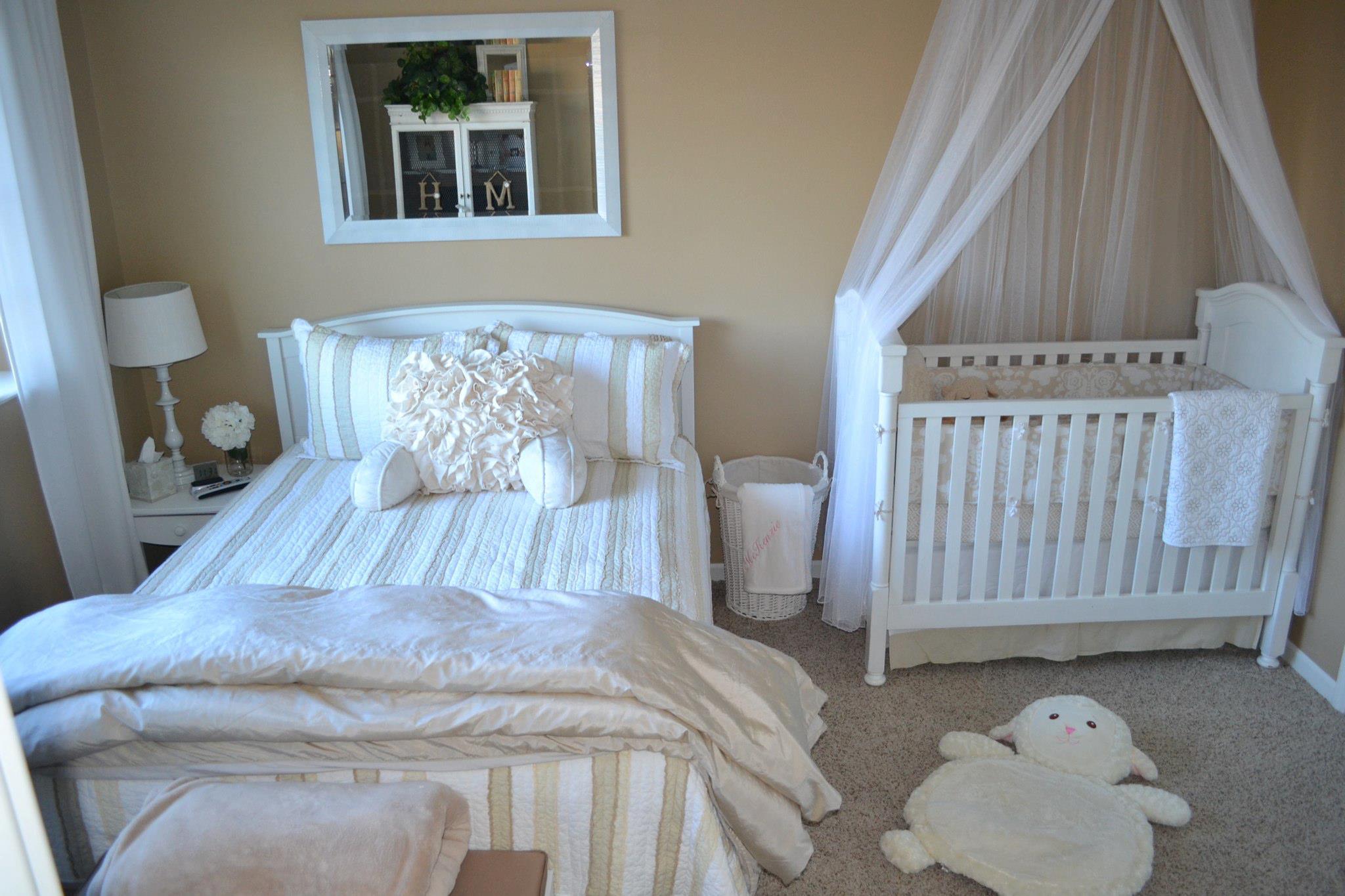 Песочные стены и белая мебель в спальне