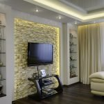 Плитка под камень на стене в гостиной