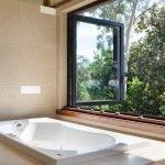 Окно нараспашку в ванной