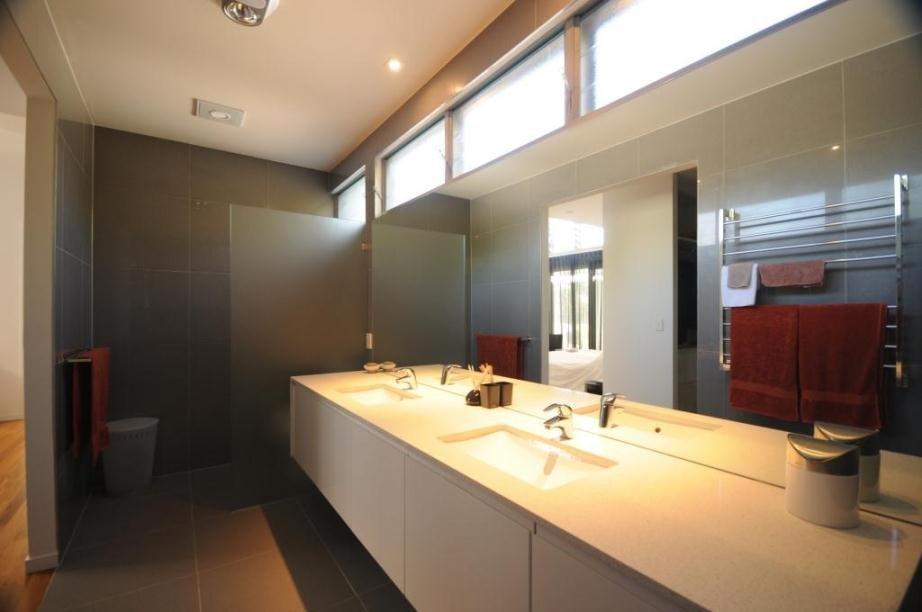 Яркое освещение в ванной с окном