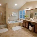 Просторная ванная комната в доме