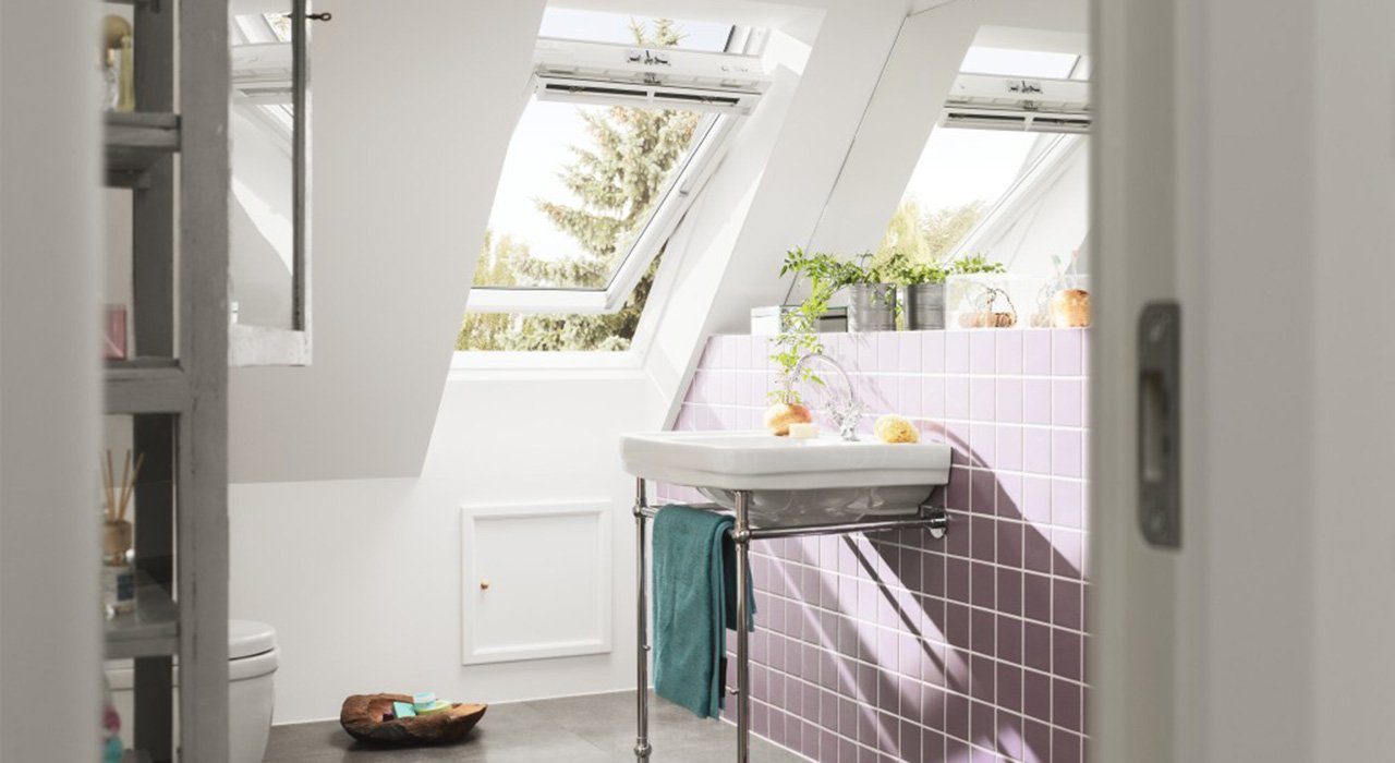 Ванная комната с окном на мансарде
