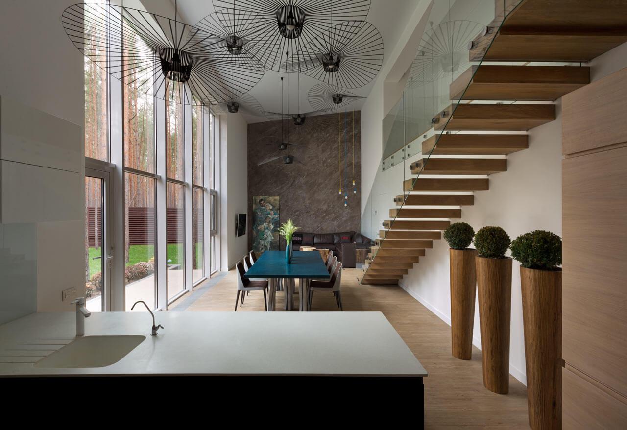 Комната с гостиной, столовой и кухонной зонами
