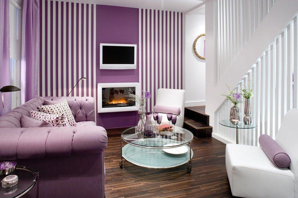 Фиолетовый диван и стены в комнате