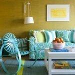 Лампа на стене у дивана