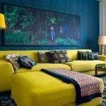Сочетание синих стан и горчичной мебели