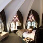 Окна с цветными стеклами в спальне
