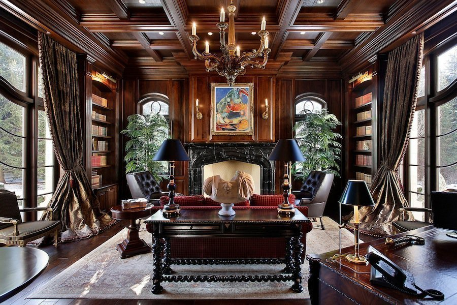 Кабинет с современным интерьером в готическом стиле