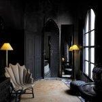 Кресло в виде ракушки в комнате