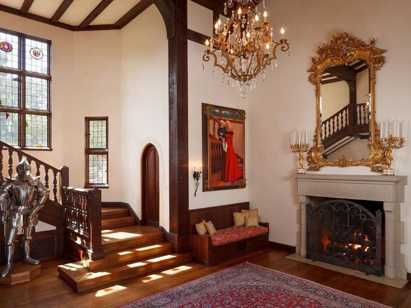 Интерьер с окнами в готическом стиле