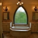 Светильники над зеркалами в ванной