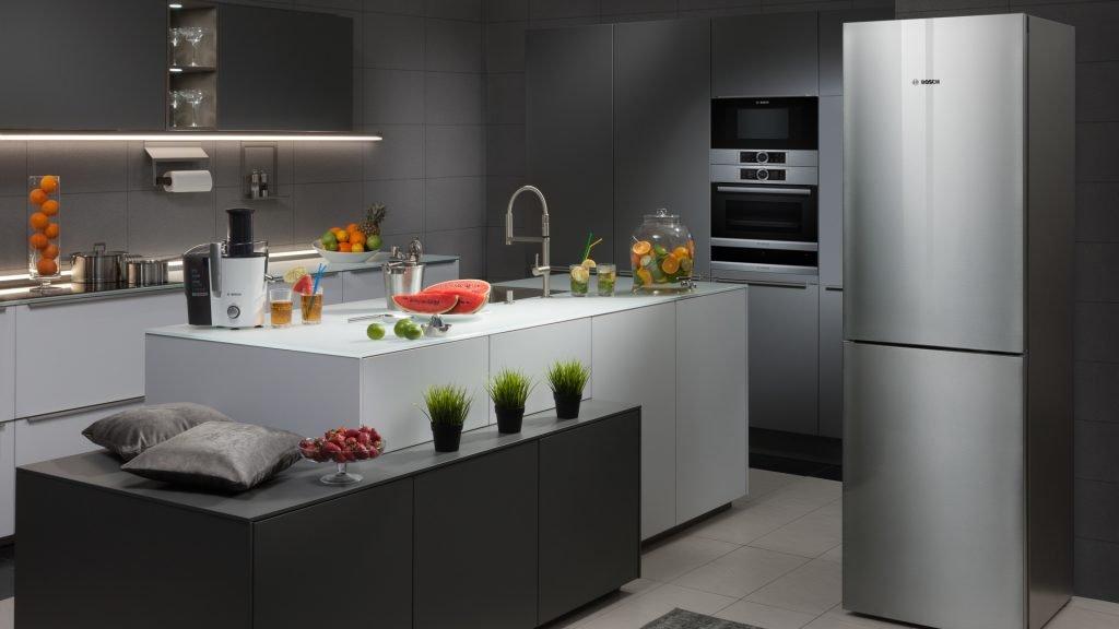 Холодильник в интерьере кухни